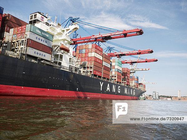Containerschiff im Containerhafen  Hamburger Hafen  Hamburg  Deutschland  Europa