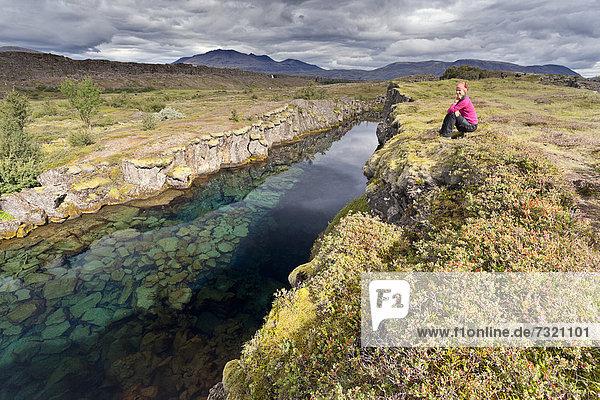 Junge Frau am Fluss  Pingvellir  Island  Europa