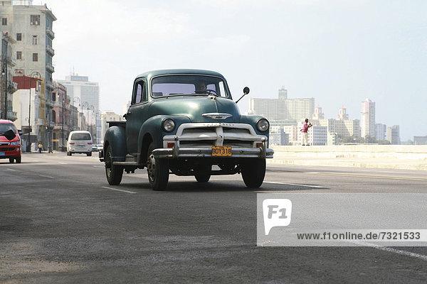 Verkehr auf der MalecÛn Straße Nahe an der Bucht Estrecho de la Florida  Havanna  Kuba  Amerika