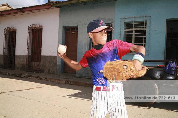 Junge - Person Straße Baseball lateinamerikanisch Trinidad und Tobago Kuba spielen