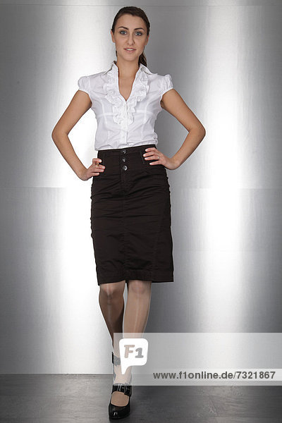 Geschäftsfrau geht  posiert