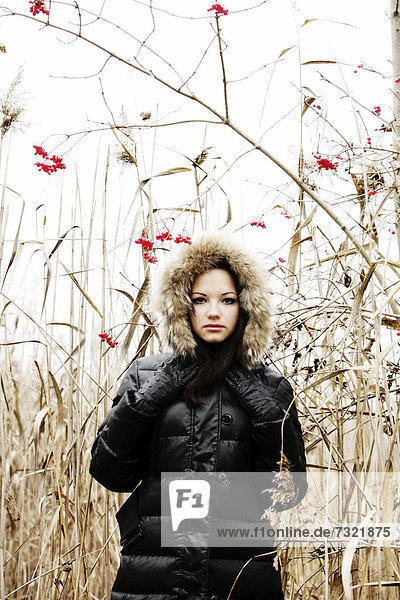 Junge Frau in herbstlicher Umgebung  Modeaufnahme ***RESTRICTION: Not to be used on any book cover worldwide until the 15th of November  2012***