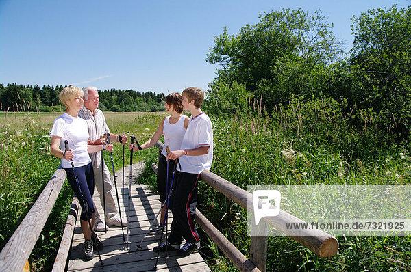 Jung und Alt beim Nordic Walking im Allgäu  Deutschland  Europa