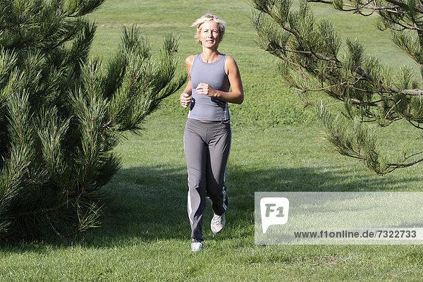 Außenaufnahme  Frau  Ländliches Motiv  ländliche Motive  joggen  blond  freie Natur