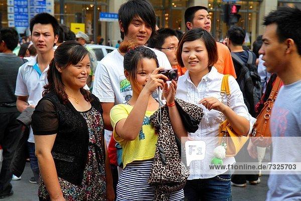 Jugendlicher Frau Mann Tag Fußgänger China Mädchen fotografieren Shanghai