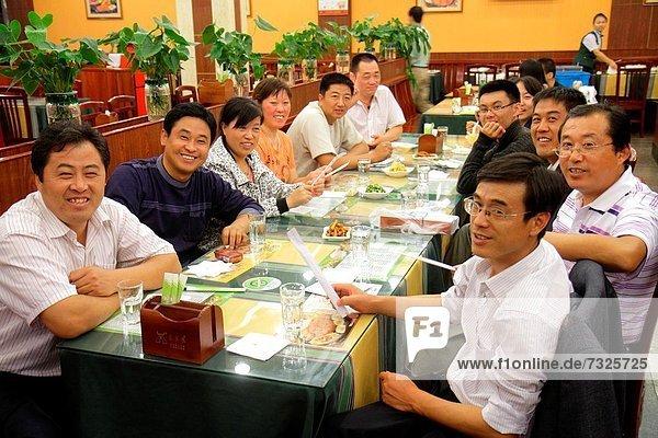 Frau  Mann  lächeln  am Tisch essen  Restaurant  China  Tisch  Bankett  Shanghai