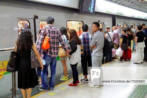 Frau  Mann  Plattform  Öffentlicher Verkehr  U-Bahn  China  Shanghai