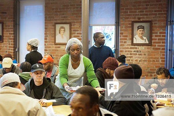 Armut  arm  arme  armes  armer  Bedürftigkeit  bedürftig  Abendessen  Tag  Lifestyle  geben  Brot  Vorbereitung  arbeiten  über  Personalwesen  Küche  Nachbarschaft  Gericht  Mahlzeit  2  Freiwilliger  täglich  Brooklyn  neu  Suppe  Erntedankfest