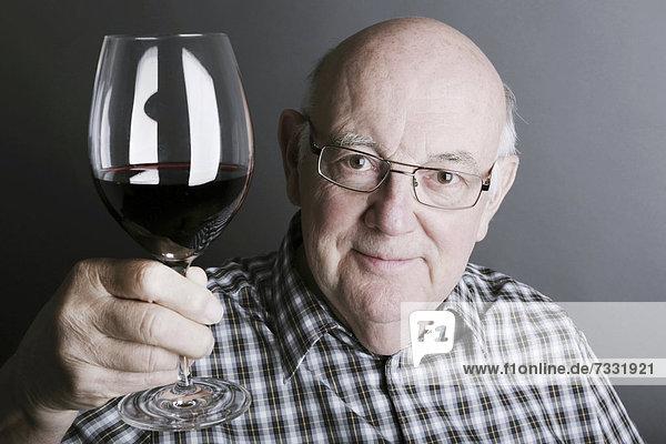 Senior mit Weinglas