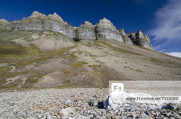 Ein Brocken Gips liegt nahe der alten Gipsmine unterhalb des Vogelfelsen Skansen in Skansbukta  Billefjorden  Isfjorden  Spitzbergen  Svalbard  Norwegen  Europa