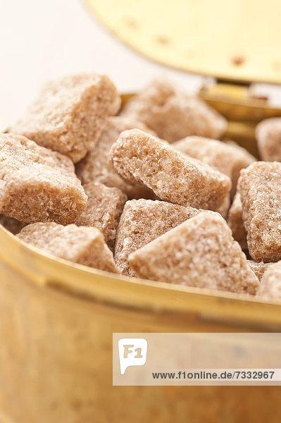 Zuckerdose mit braunem Würfelzucker