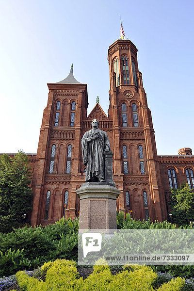 Statue von Wissenschaftler Joseph Henry vor Smithsonian Institution Building Verwaltungsgebäude und Museum  im Volksmund The Castle  National Mall  Washington DC  D.C.  District of Columbia  Vereinigte Staaten von Amerika  USA
