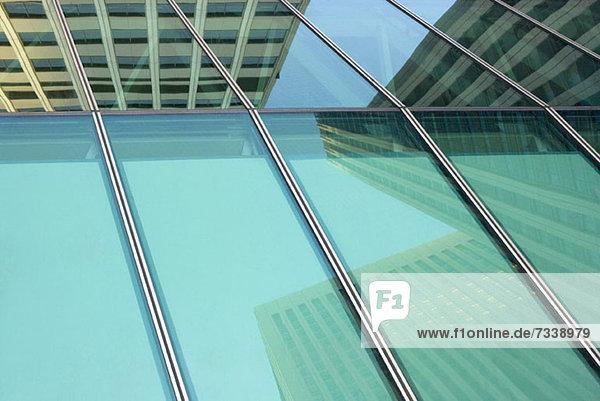 Shinjuku-Wolkenkratzer auf Fensterscheiben reflektiert