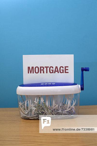 Das Wort Hypothek steht kurz vor der Zerkleinerung.