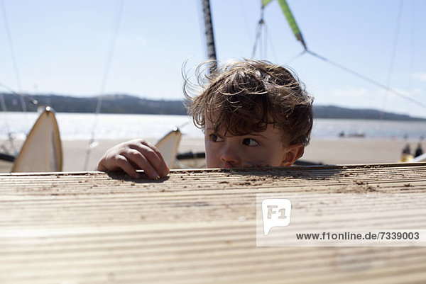 Junge über Strandpromenade am Strand der Obidos Lagune  Portugal