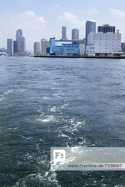 Blick auf den Tsukiji Fischmarkt  Odaiba  vom Flussboot aus