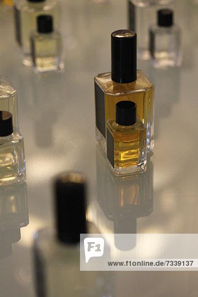 Parfümflaschen in der Parfümerie