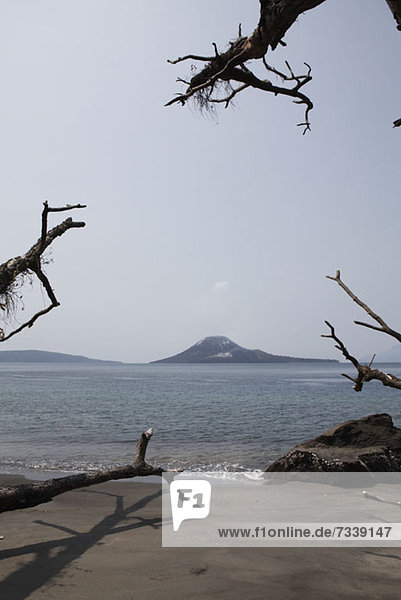 Blick vom Strand auf den Vulkan Krakatau  Indonesien
