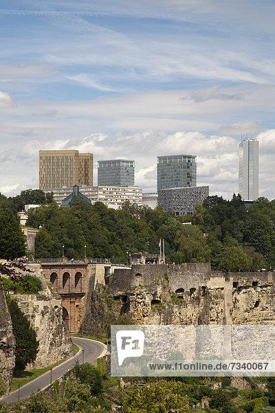 Kasematten im Stadtteil Grund  dahinter die Hochhäuser des Kirchberg-Plateau  Unterstadt  Stadt Luxemburg  Luxemburg  Europa  ÖffentlicherGrund