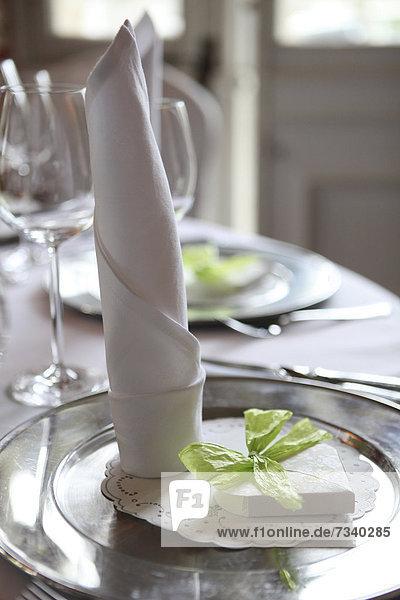 Tischdekoration bei einer Hochzeitsfeier