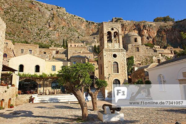 Monemvasia  Hauptplatz der Unterstadt mit Glockenturm der byzantinischen griechisch-orthodoxen Kirche Christi Elkomenos  Peloponnes  Griechenland  Europa