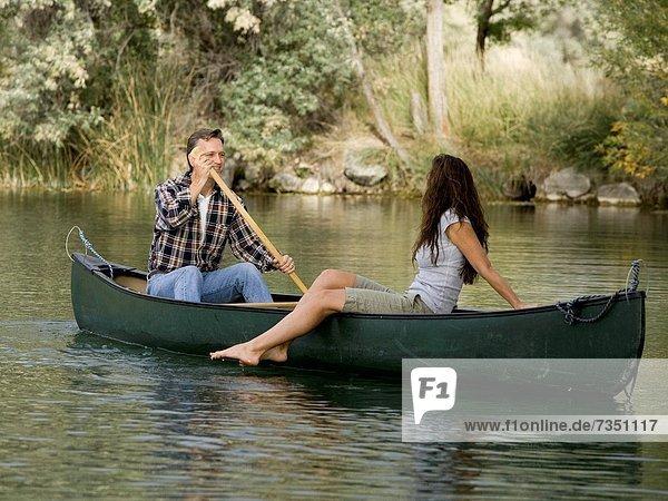 Paar in einem Kanu