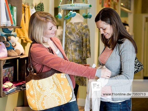 Frau  Kleidung  kaufen  Schwangerschaft  Freund