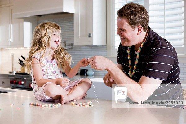 Menschlicher Vater  Küche  Produktion  Halskette  Kette  Tochter  Collier