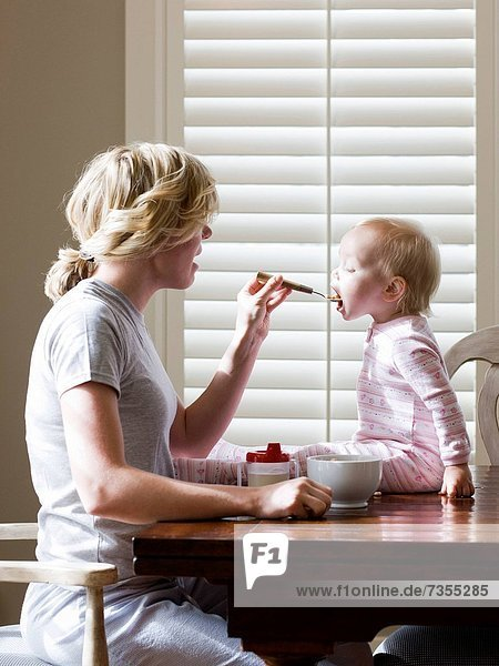 Mädchen  Tisch  Mutter - Mensch  Baby  Frühstück