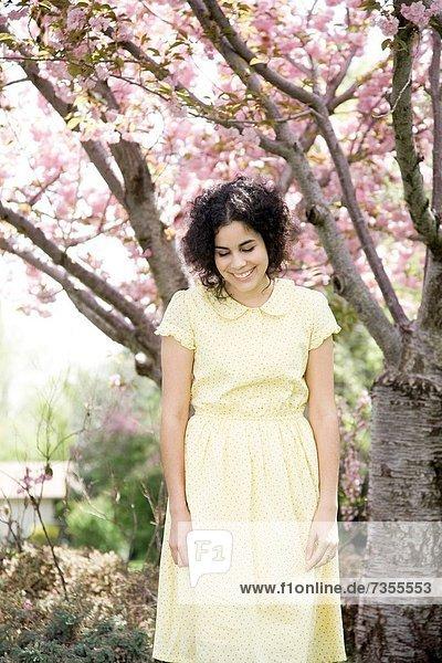 Frau  gelb  Kleid