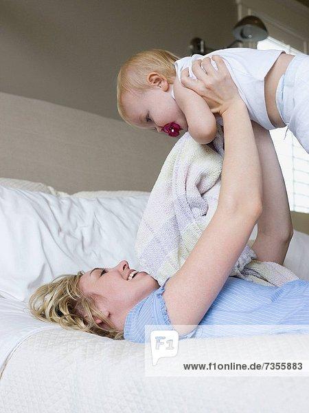 liegend  liegen  liegt  liegendes  liegender  liegende  daliegen  Frau  Bett  Mädchen  Baby