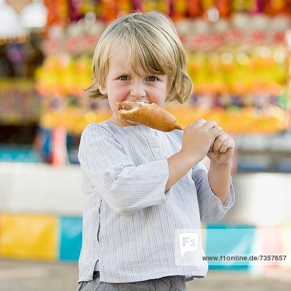 Mais  Zuckermais  Kukuruz  Junge - Person  klein  essen  essend  isst