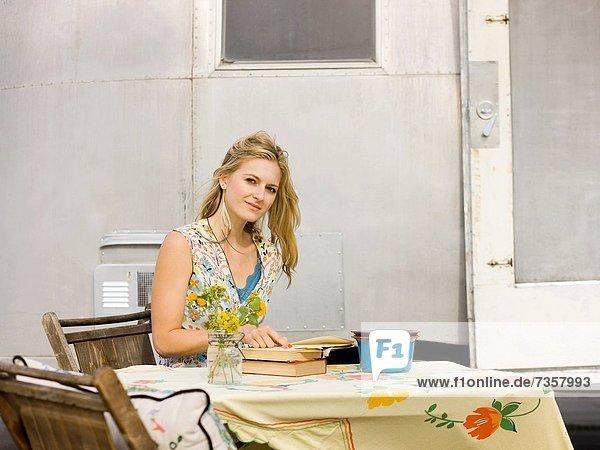 Außenaufnahme  sitzend  Frau  Strand  Tisch  Klassisches Konzert  Klassik