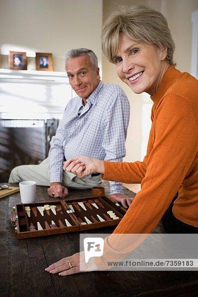 Portrait reifer Erwachsene reife Erwachsene Backgammon spielen