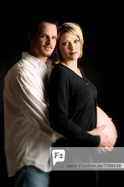 Profil  Profile  Frau  Mann  umarmen  reifer Erwachsene  reife Erwachsene  Schwangerschaft  Seitenansicht
