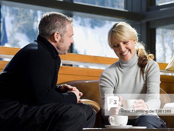 sitzend  Zusammenhalt  Frau  Mann  unterhalten
