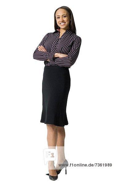 Eine Frau posiert am Flughafen