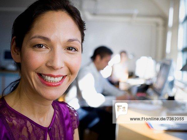 sitzend  Portrait  Frau  reifer Erwachsene  reife Erwachsene  Büro