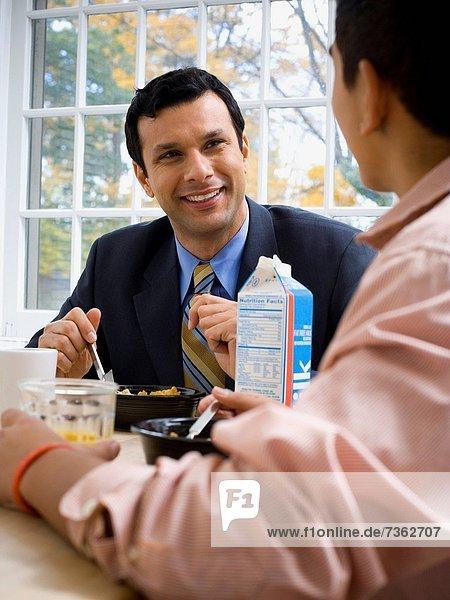 sitzend  Menschlicher Vater  Sohn  Tisch  Frühstück