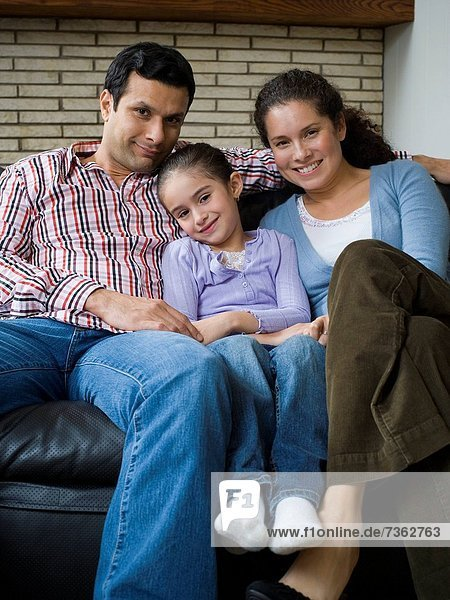 sitzend  Portrait  lächeln  Menschliche Eltern  Couch  Tochter