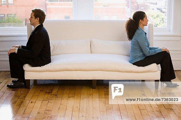 sitzend Geschäftsfrau Geschäftsmann Couch