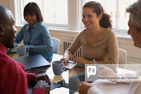 Geschäftsfrau  Geschäftsmann  Geschäftsbesprechung  Besuch  Treffen  trifft  2  Business