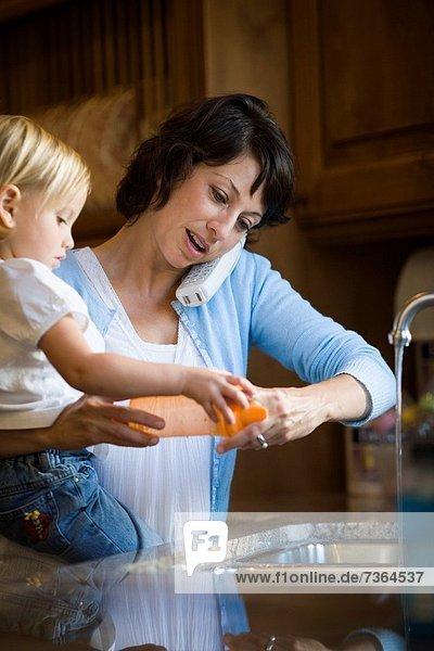 sprechen  halten  Tochter  schnurloses Telefon  Mutter - Mensch