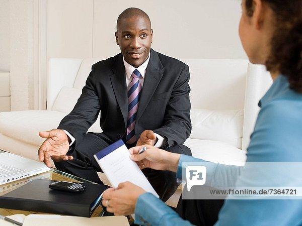 zwischen  inmitten  mitten  Frau  Mann  Geschäftsbesprechung  Besuch  Treffen  trifft  Business