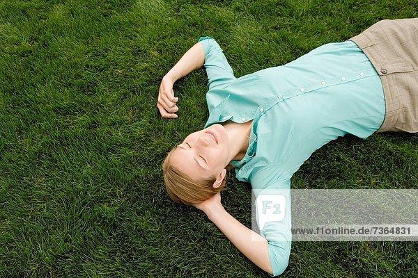 hoch  oben  Frau  schlafen  Ansicht  jung  Flachwinkelansicht  Gras  Winkel hoch, oben ,Frau ,schlafen ,Ansicht ,jung ,Flachwinkelansicht ,Gras ,Winkel