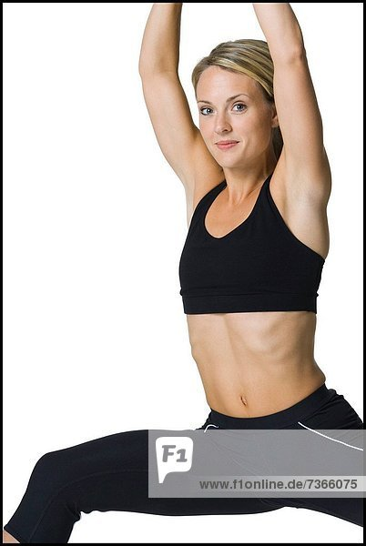 Portrait of a young Frau macht stretching-Übungen