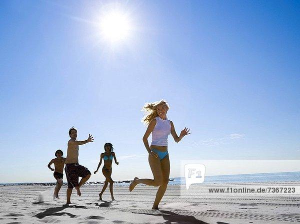 niedrig  4  Mensch  Menschen  Strand  rennen  Ansicht  jung  Flachwinkelansicht  Winkel