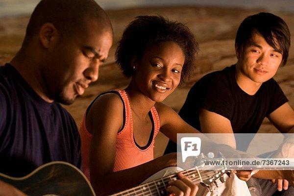 Profil  Profile  sitzend  Mann  Mensch  zwei Personen  Menschen  Gitarre  2  jung  spielen