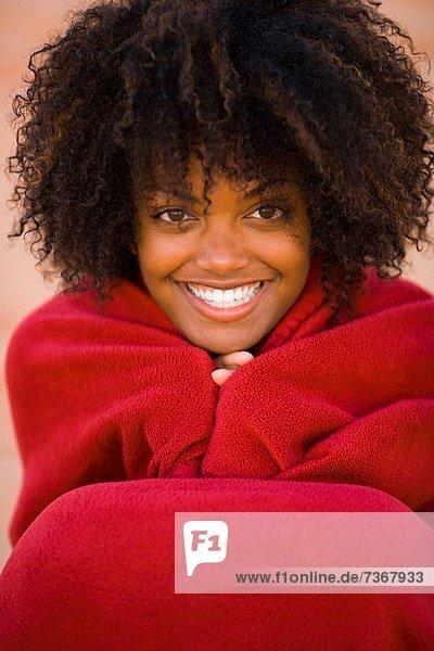 Portrait  Frau  lächeln  Decke  Verpackung  jung  umwickelt
