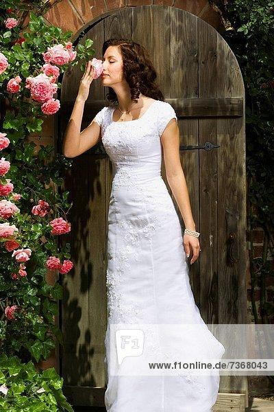 junge Frau junge Frauen stinken Blume riechen